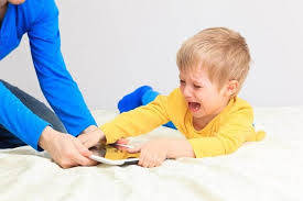 صورة كيفية التعامل مع الطفل العنيد والعصبي